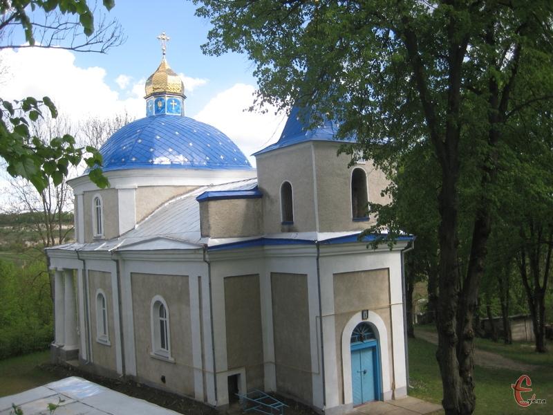 Свято-Покровську церкву видно з будь-якого куточка села