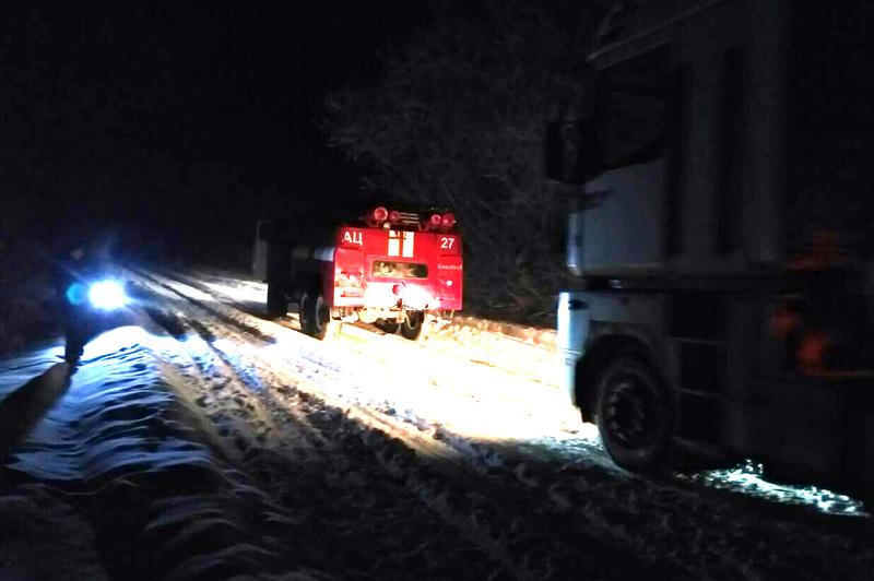 Надзвичайники за допомогою автомобіля підвищеної прохідності витягли вантажний автомобіль зі сніг