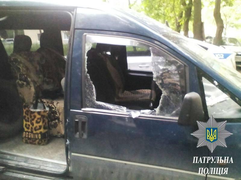 В усіх автівках були розбиті вікна