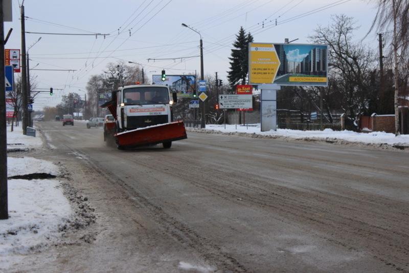 Погодні умови вивели на дороги Хмельниччини дорожню техніку, що боролася з ожеледицею