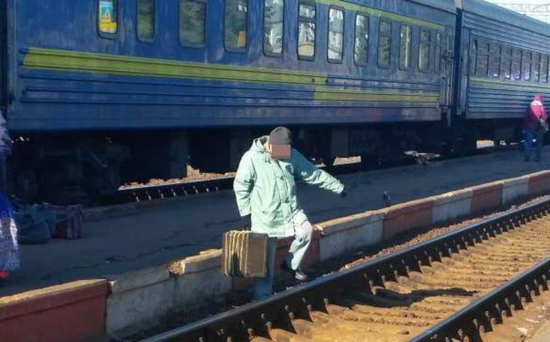За прохід по залізничних коліях у невстановлених місцях можуть оштрафувати на сумі від 34 до 170 гривень
