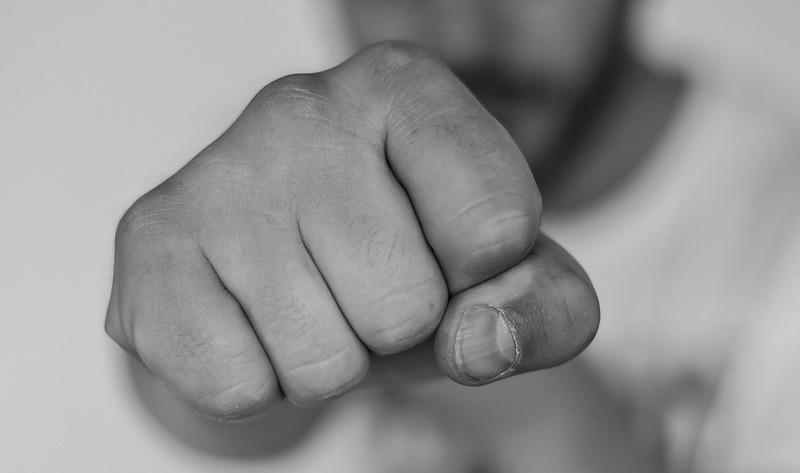 Обвинувачуваний завдав бабусі два удари кулаком
