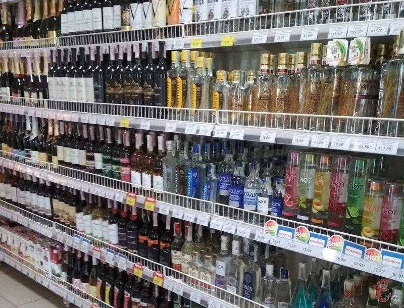 Загалом на даний час на Хмельниччині ліцензовано 4079 заклади торгівлі, через які здійснюють роздрібну торгівлю алкогольними напоями та тютюновими виробами 2682 суб'єкти господарювання