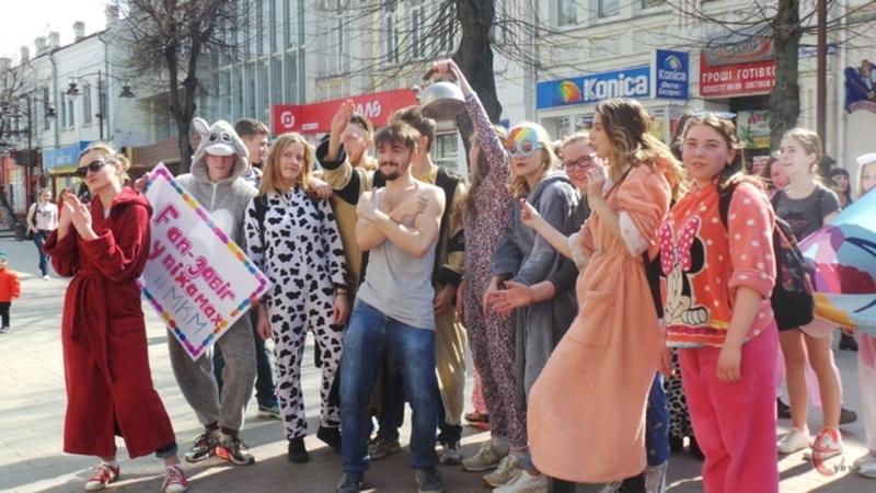 Минулої весни флешмоб у піжамах в центрі Хмельницького організовували до Дня сміху