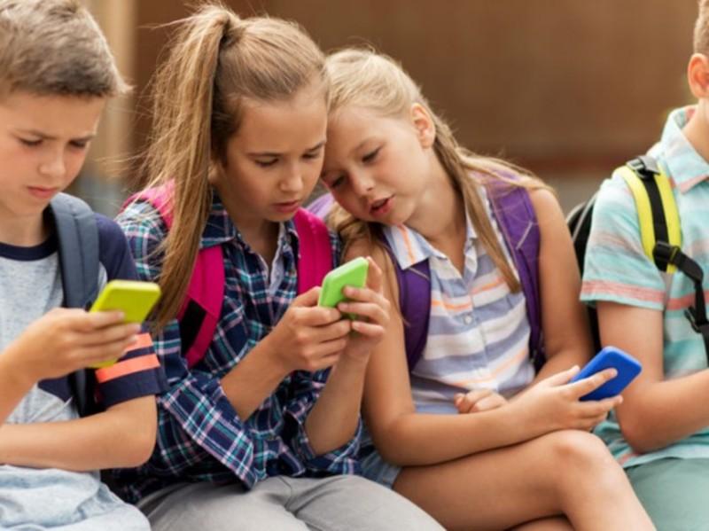Використання мобільних телефонів в школі має контролювати школа або учитель