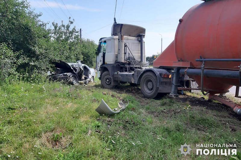 Автопригода відбулася за участі двох вантажівок і легковика