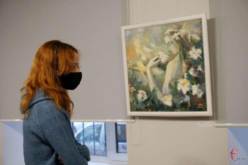 В експозиції роботи у стилі «ню», портрети, натюрморти.