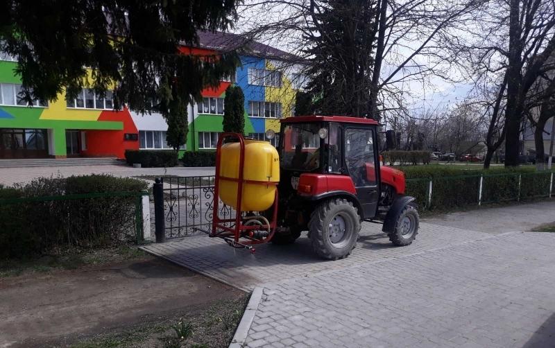 Комунальники обробляють тротуари в селищі  щодня