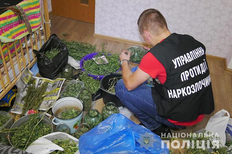 У Хмельницькому поліцейські затримали 30-річного чоловіка, який торгував наркотиками через інтернет-месенджери