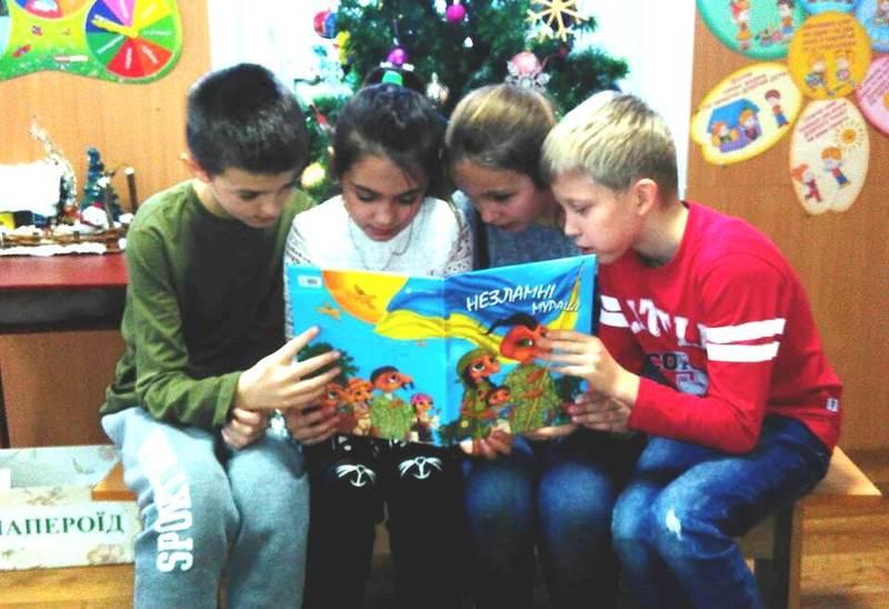Учні по черзі читають книгу відомої письменниці Лариси Ніцой «Незламні мураші»
