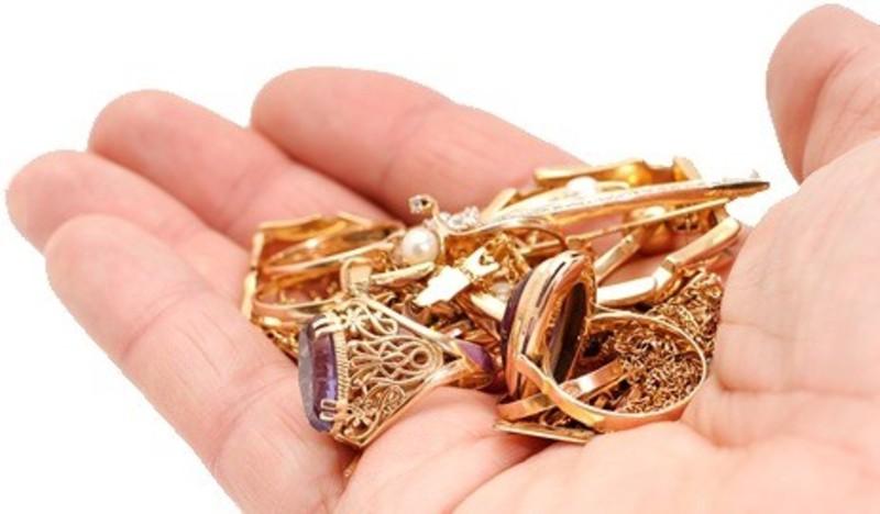 Шахрайка заміть золота продала біжутерію