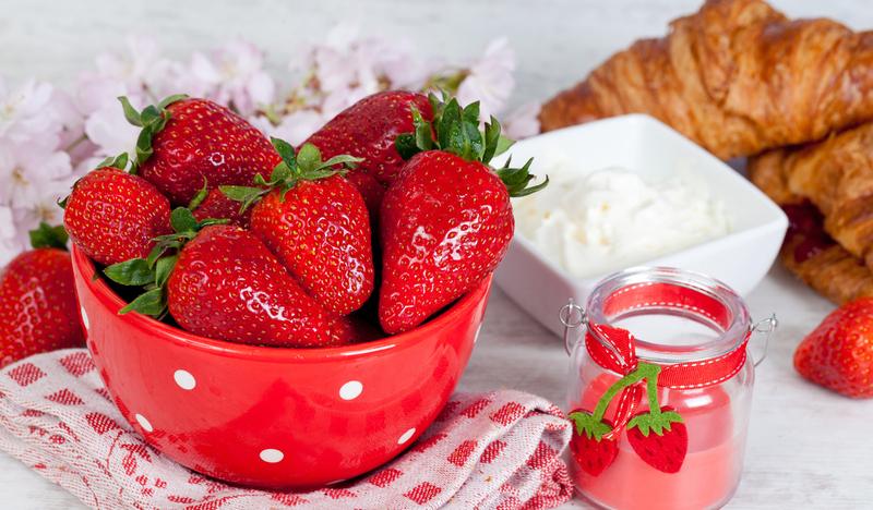 Полуничний сезон, на жаль, дуже короткий. А так хочеться ласувати цією смачною та ароматною ягодою протягом цілого року.