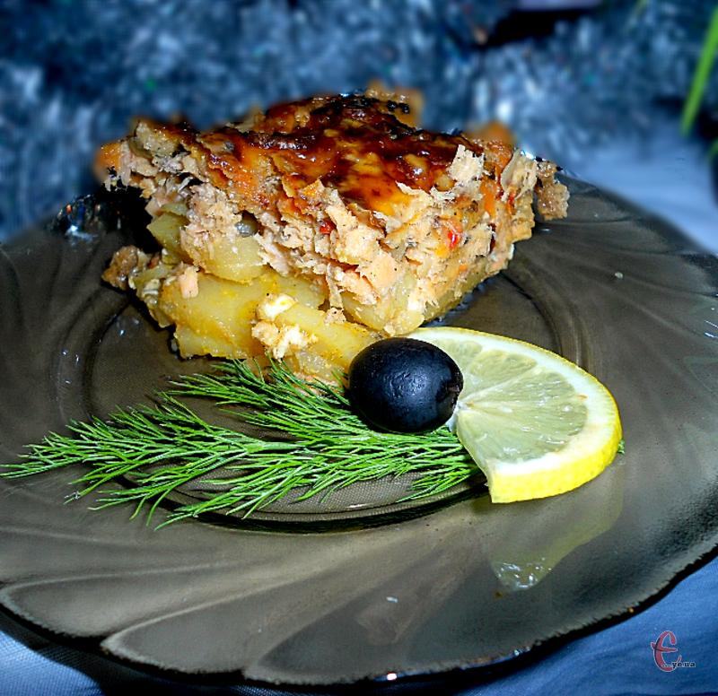 Уявіть собі на тарілці найніжнішу рибку, запечену в духовці, яка готується в дуеті з картоплею. А підкреслює смак страви ароматний та пікантний вершково-часниковий соус.