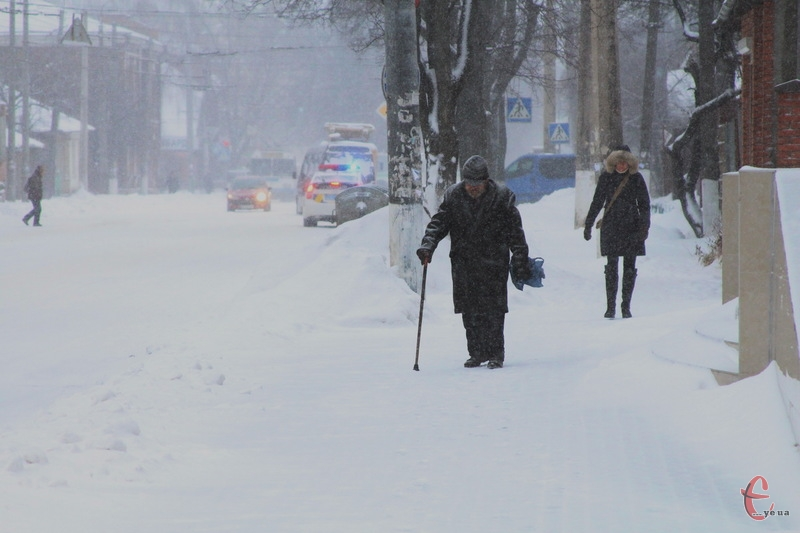 На відміну від 8 січня, сьогодні в Хмельницькому чимало тротуарів почищені, через що пішоходи можуть нормально пересуватися, а не міряти сугроби