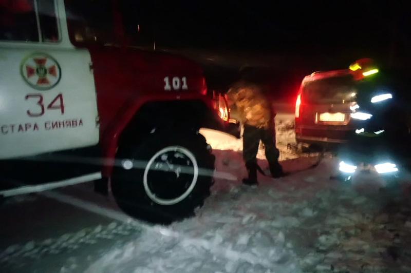 Надзвичайники витягли автівку із снігової пастки на розчищену ділянку дороги