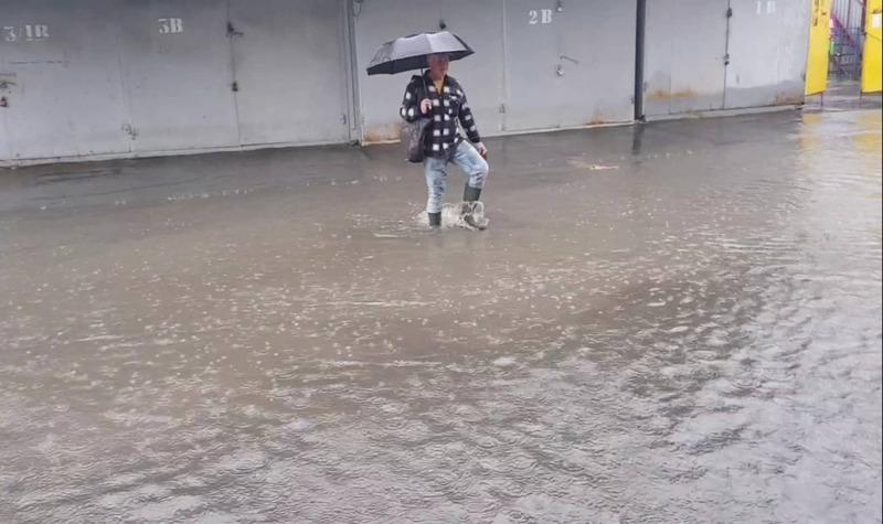 Вулицю Геологів у Хмельницькому теж затопило