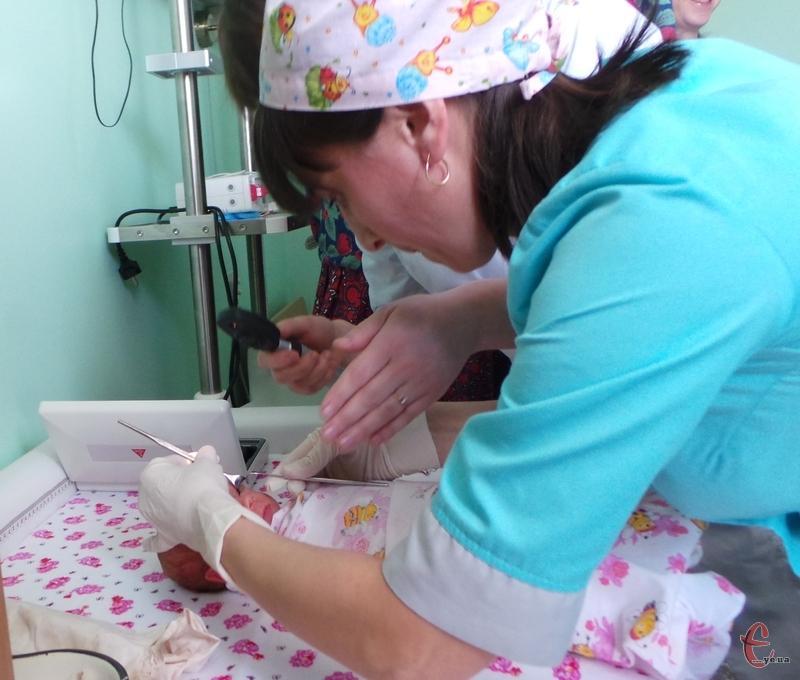 Цим обладнанням перевіряють очі недоношених немовлят на патологію.