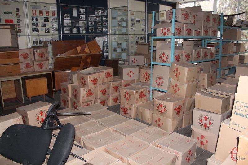 Наразі приміщення колишнього музею заповнене стосами архівних документів, які Богдан Українець не може перемістити