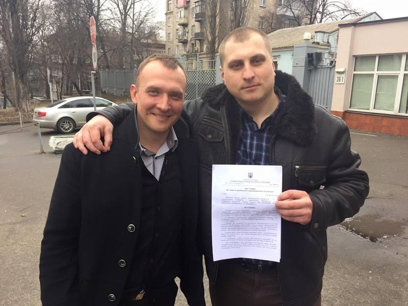 Ігор Олійник (праворуч) тримає в руках постанову про закриття кримінального провадження
