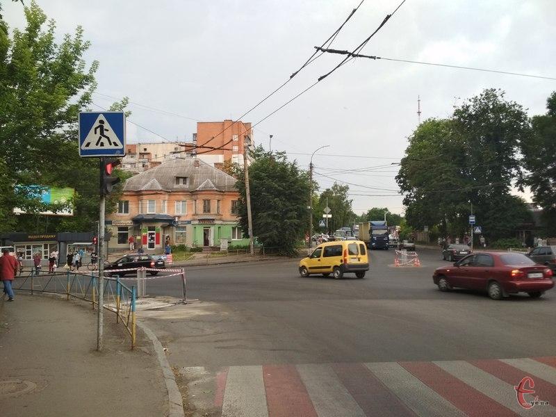 Об'їзд закритої ділянки можливий через вулиці Озерну, Панаса Мирного, Свободи та Зарічанську