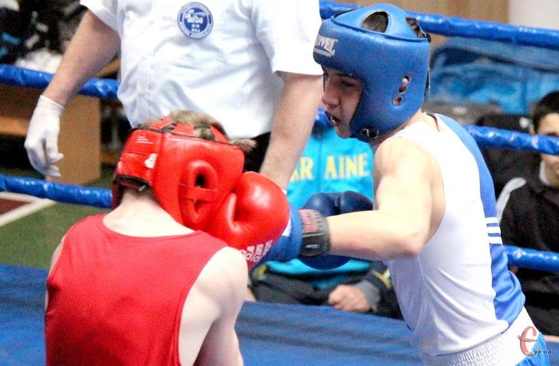 Валерій Василевський (у синьому шоломі) став чемпіоном УКраїни з боксу серед юніорів у ваговій категорії до 54 кілограмів