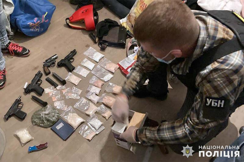 Під час досудового розслідування правоохоронцями зафіксовано 12 епізодів збуту членами групи заборонених речовин