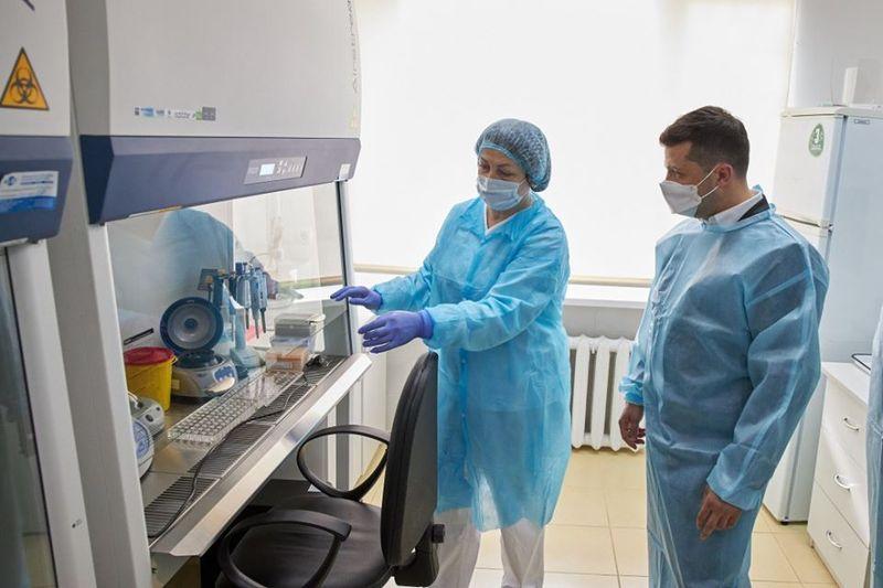 Зеленський оглянув лабораторію центру та приміщення, де приймають зразки біоматеріалу, відібрані для тестування на наявність COVID-19