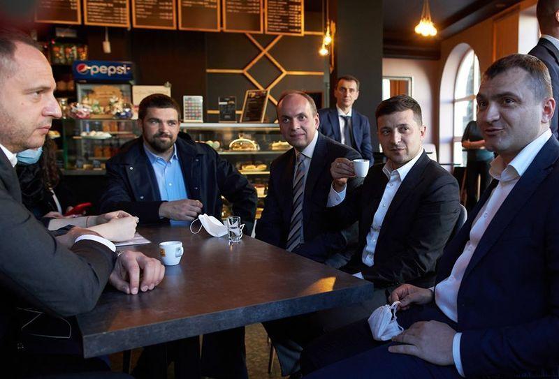 Під час прогулянки Проскурівською Володимир Зеленський завітав в одну з кав\'ярень