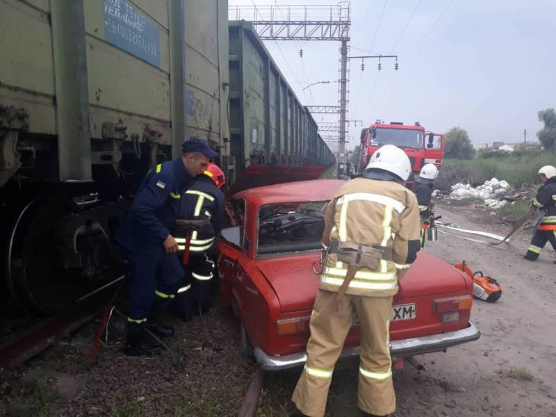 Що стало причиною зіткнення автівки з вагоном потягу - з'ясовують слідчі