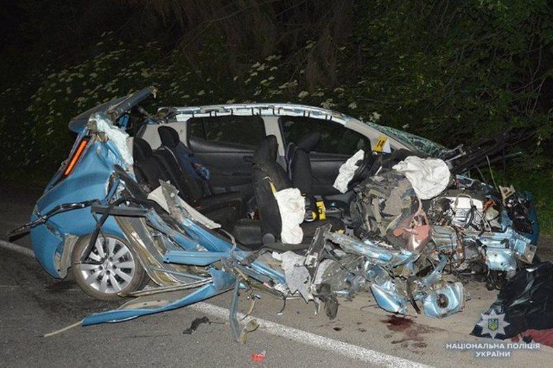 В аварії при в'їзді в Хмельницький загинуло двоє людей. Троє дітей та жінка - в лікарні