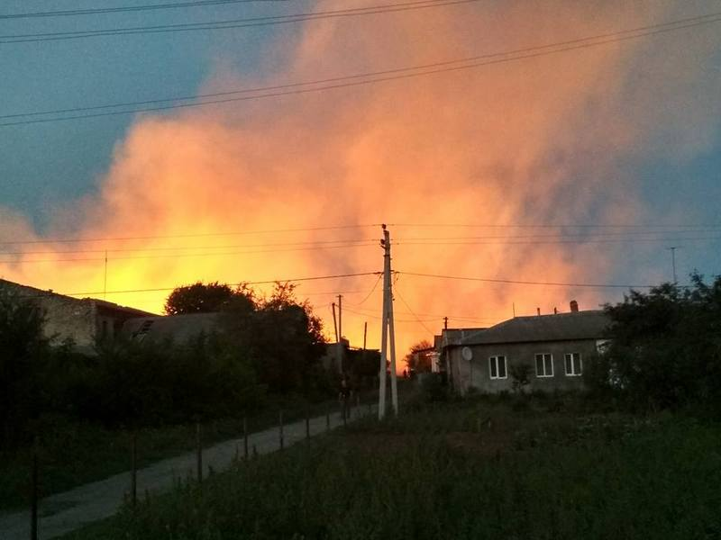 Пожежа зі складів перекинулася на сусідні будівлі.