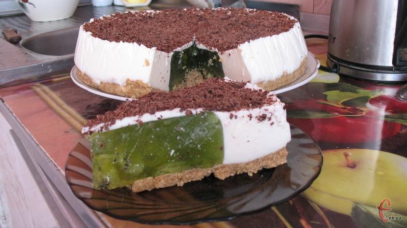 Десерт виходить дуже легким, практично невагомим, кисло-солодким на смак і неймовірно ефектним у розрізі.