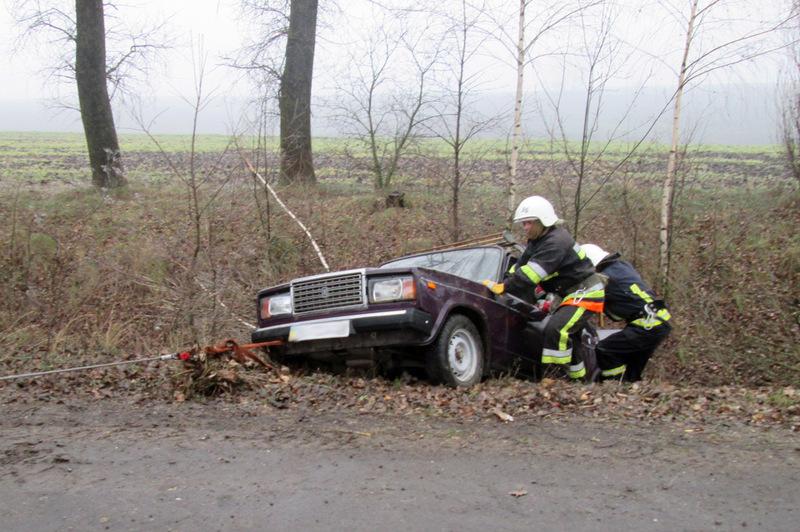 На Теофіпольщині рятувальники відбоксирували автівку, яка опинилася в кюветі