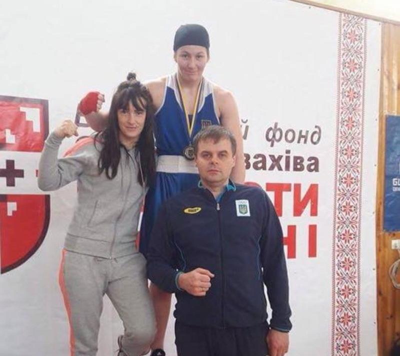 Юлія Лясота (ліворуч) та Марія Боруца з тренером Андрієм Чумаковим
