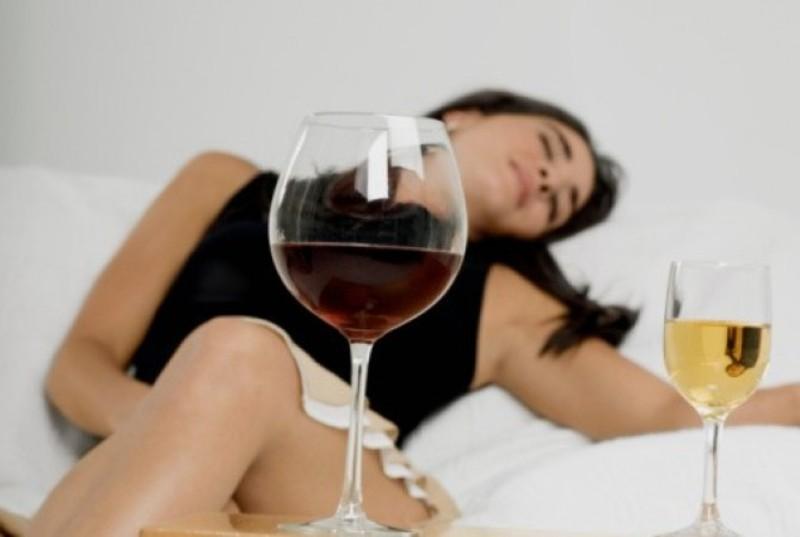 При однаковій з чоловіком кількості випитих алкогольних напоїв, сп'яніння у жінок настає швидше, бо в організмі жінки на десять відсотків води менше
