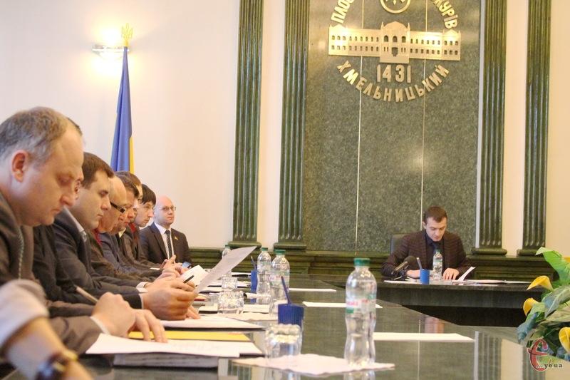 Виконавчий комітет Хмельницької міської ради просить міських обранців виділити з бюджету міста 70 тисяч гривень, щоб придбати квартиру учаснику АТО