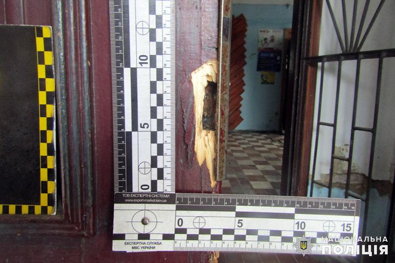 Із приміщення магазину зірвали замки
