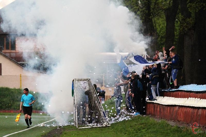 Після димових шашок у фан-секторі Поділля, матч призупинили на декілька хвилин