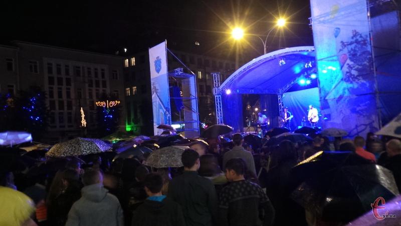 Від дощу рятувались парасольками, танцювали і підспівували