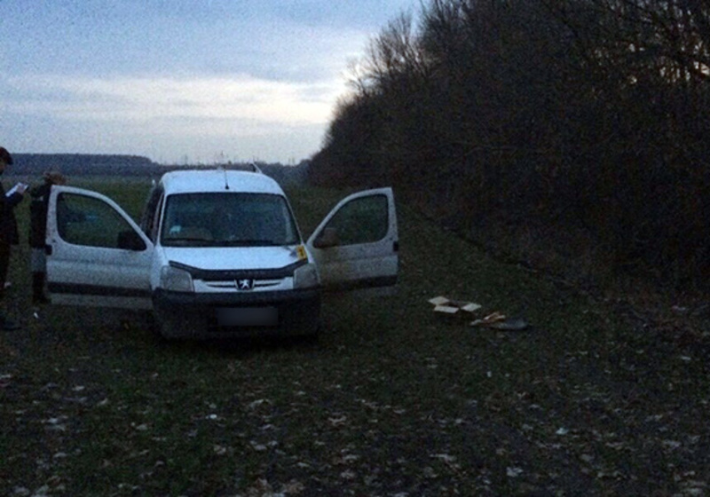 У лісосмузі за селом Правдівка поліцейські помітили автомобіль