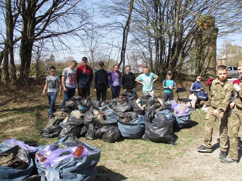 В Городку школярі разом зі змаганнями, прибрали територія лісу