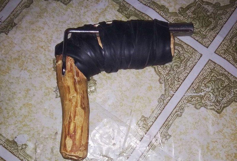 Поліцейські у жителя району вдома виявили саморобний пістолет