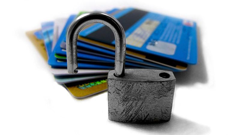 Аби не стати жертвою шахраїв, ніколи не повідомляйте невідомим свої банківські дані