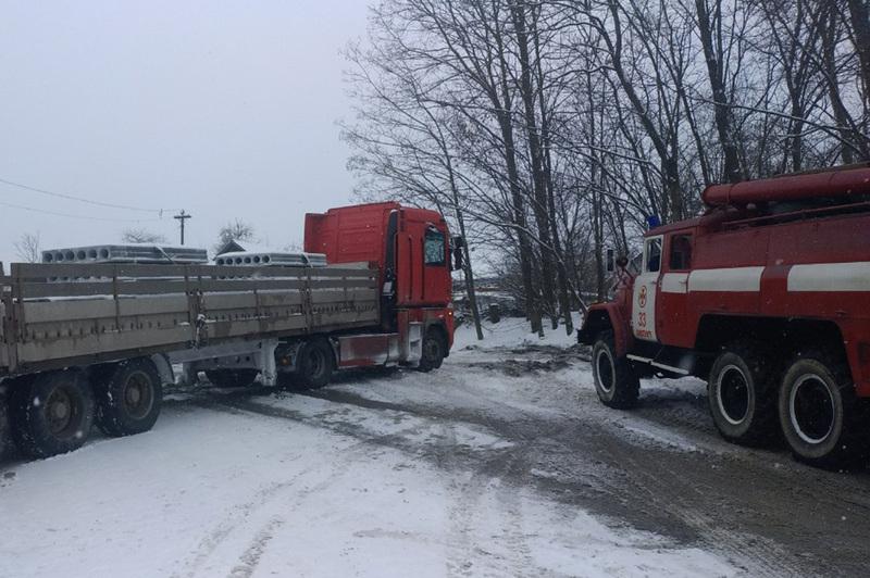Упродовж минулої доби рятувальники Хмельниччини тричі надавали допомогу водіям, котрі потрапили до снігової пастки