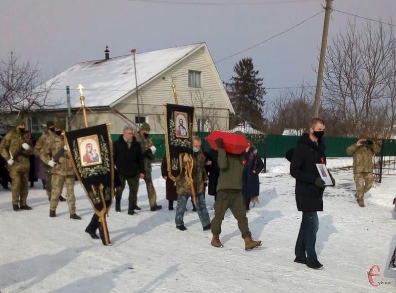 Бійця відспівали в храмі та поховали з військовими почестями на сільському кладовищі