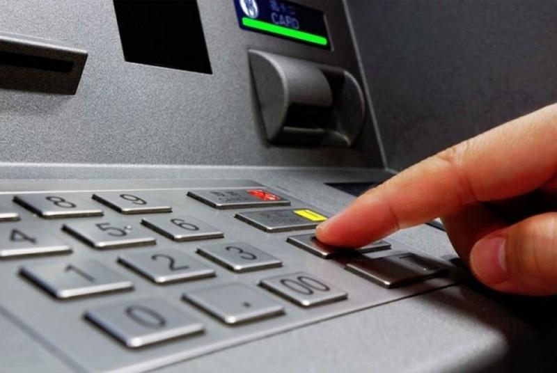 Знаючи ПІН-код, хлопець знімав чужі гроші за допомогою функції «Зняти гроші без картки»