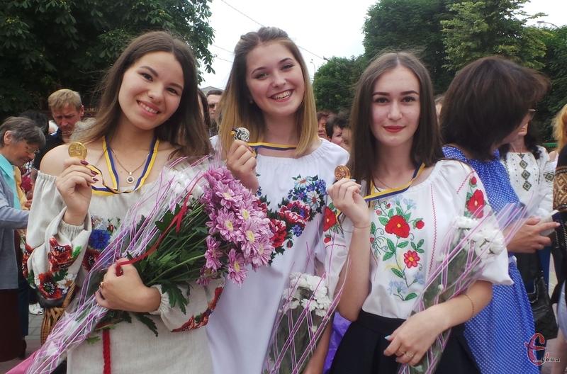 Хмельницький випускникам вручили медалі