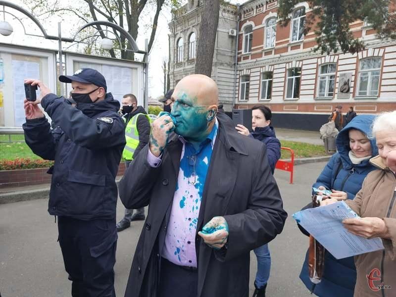 Активісти і ветерани російсько-української війни облили Віктора Вікарчука зеленкою
