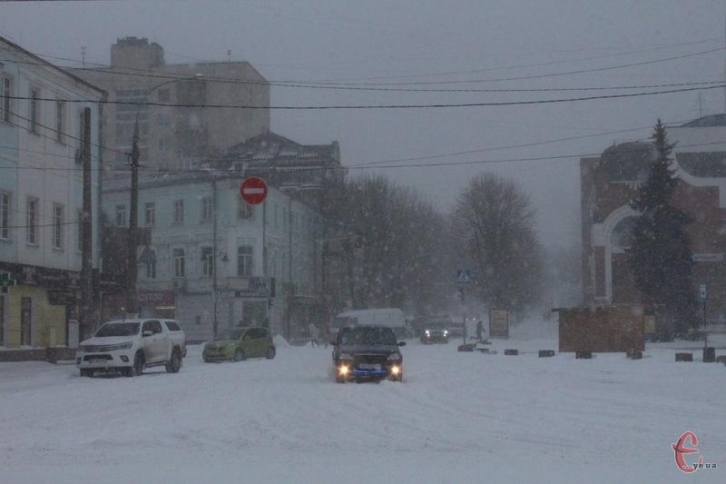 У Хмельницькому через негоду на вулицях людей та машин не так вже й багато