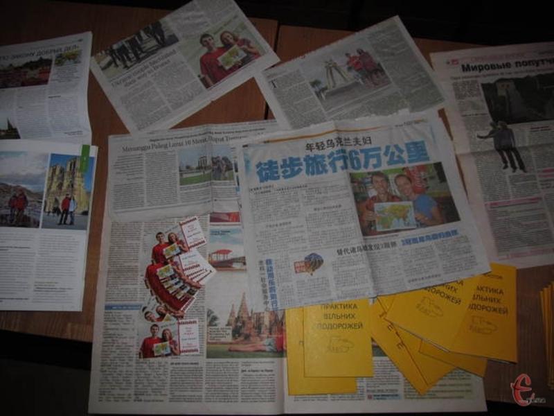 Аня і Богдан принесли газети різних країн світу, де були написані статті про них
